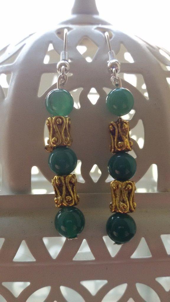 Orecchini pendenti con perline verdi e distanziatore dorato