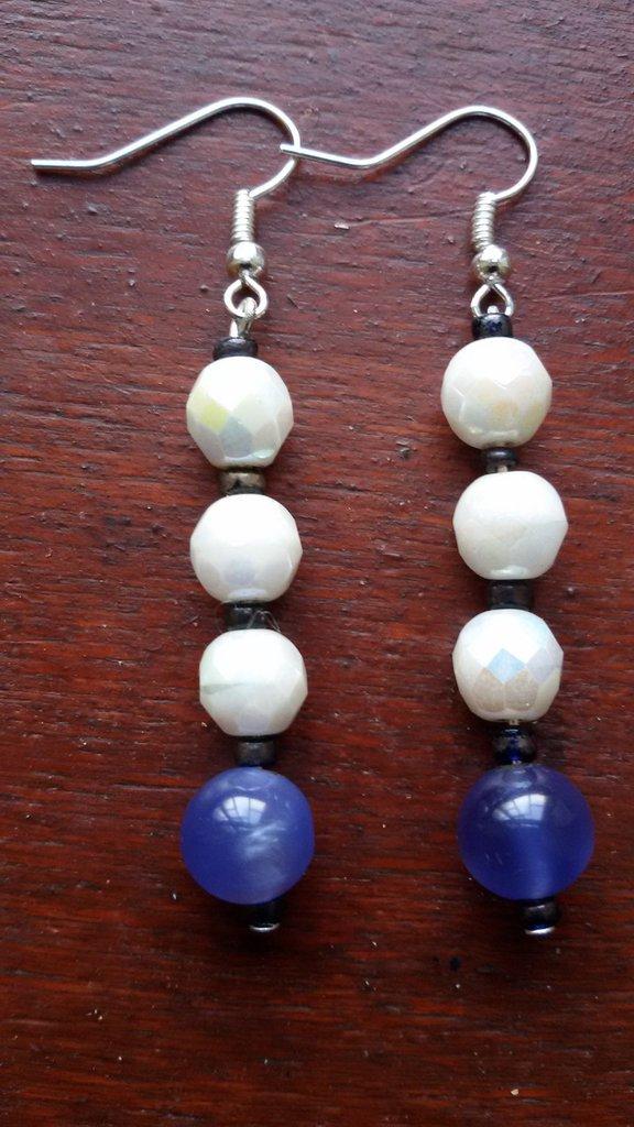 Orecchini pendenti con perline bianche multisfaccettate e perline azzurre lisce