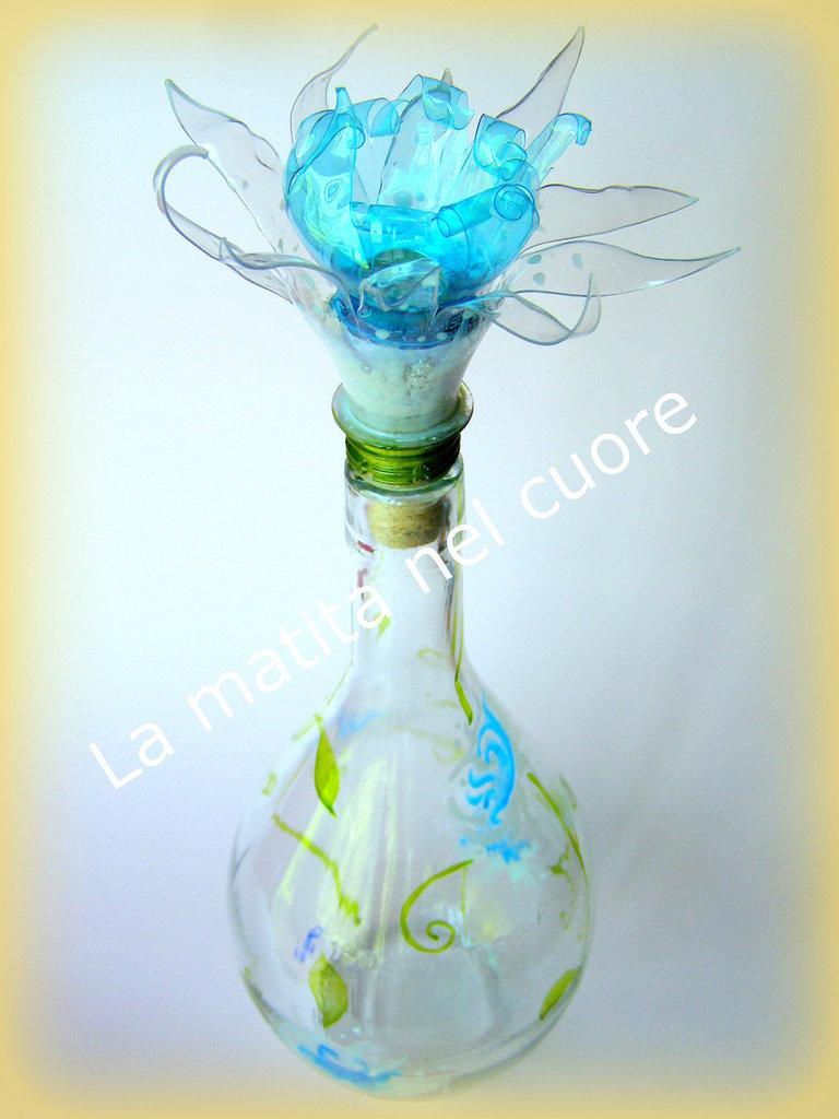 Bottiglia di vetro dipinta con tappo fiore in plastica pet