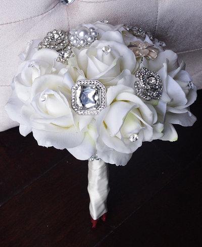 *Bouquet da Sposa fatto con rose bianche e spille*