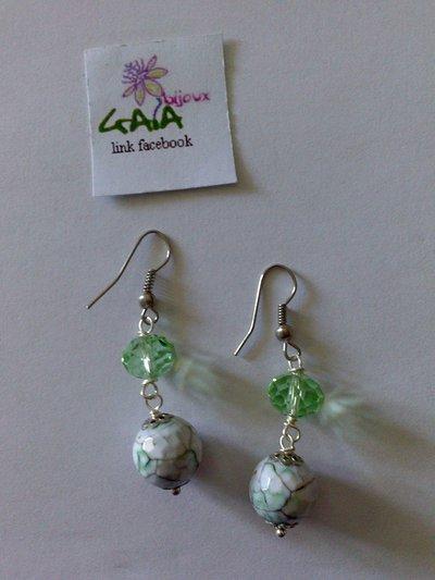 Orecchini con mezzo cristallo verde e pallina variegata in agata