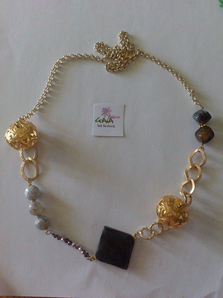 Collana con catena dorata, rombo, cubetti e palline in agata con elementi metallici sferici