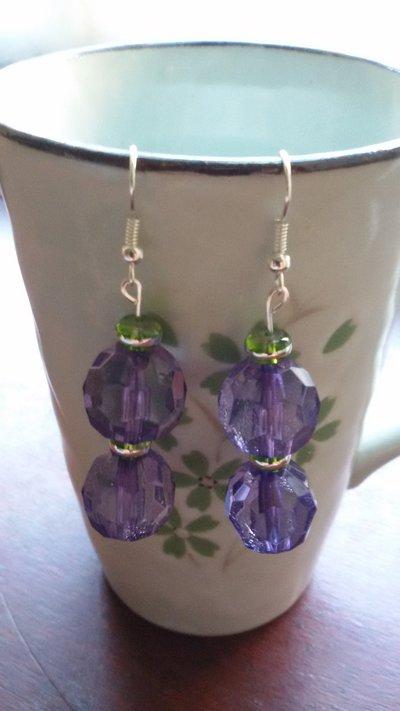 Orecchini con perlina viola e perle di vetro con bordo argentato