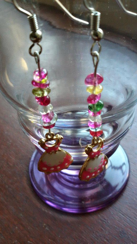 Orecchini con ciondolo smaltato a forma di vestitino e chips di vetro multicolor