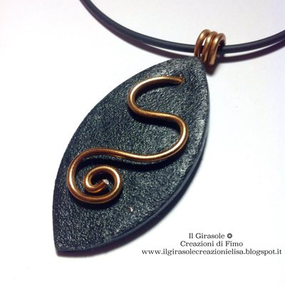 Collana con ciondolo nero e inserto in wire ramato: Copper Leaf