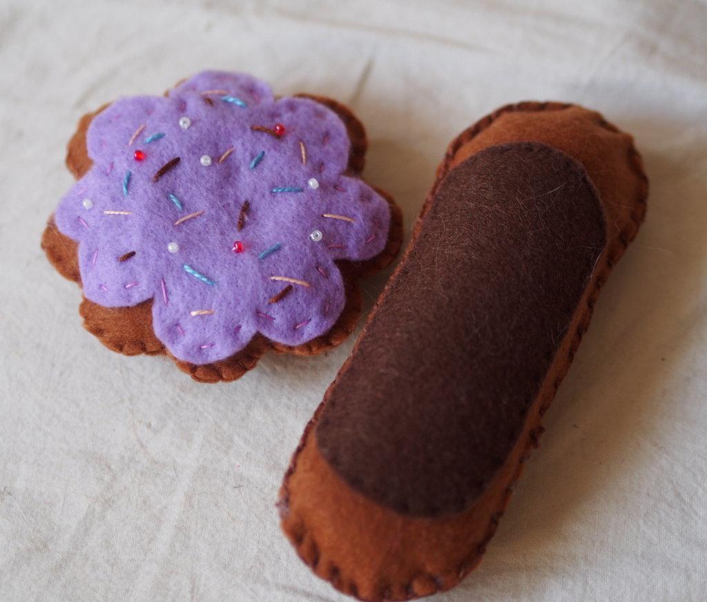SET ECLAIR cacao & BISCOTTO a forma di FIORE lilla.Feltro.Gioco,segnaposto,soprammobile.Puntaspilli