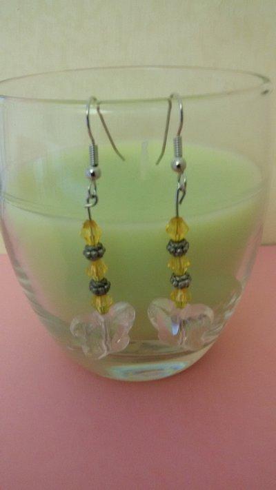 Orecchini con pendente a forma di farfalla e perline gialle