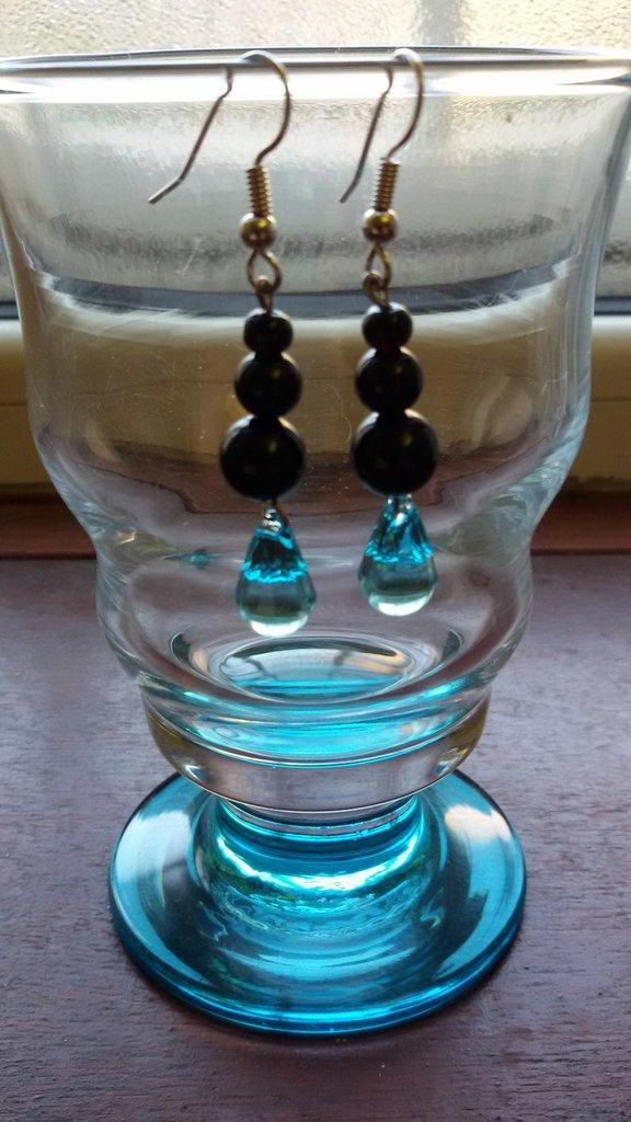 Orecchini con perline nere e pendente di cristallo briolette turchese