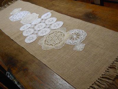 Runner  country  in tela juta con centrini crochet bianco ,  ecrù , idea regalo.