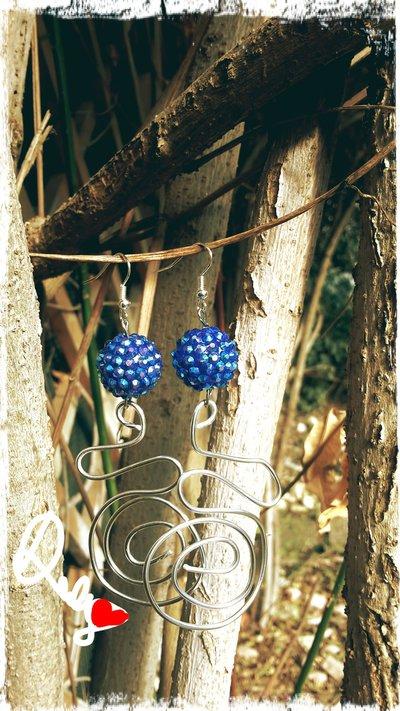 orecchini con filo d'alluminio color argento e pietra blu brillantinata