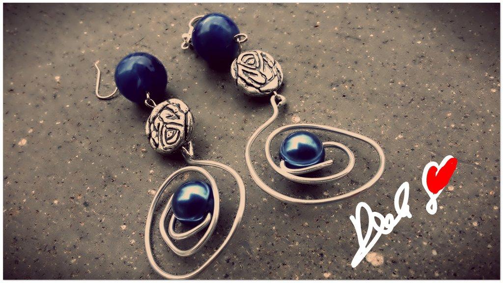 orecchini con filo di metallo e pietra blu