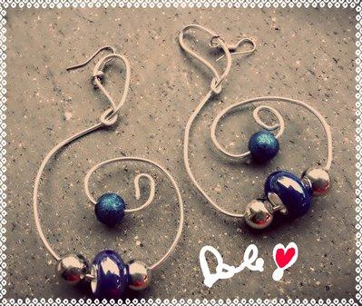 orecchini filo d'alluminio con  pietre blu