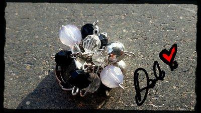 anello con perline grigie e nere