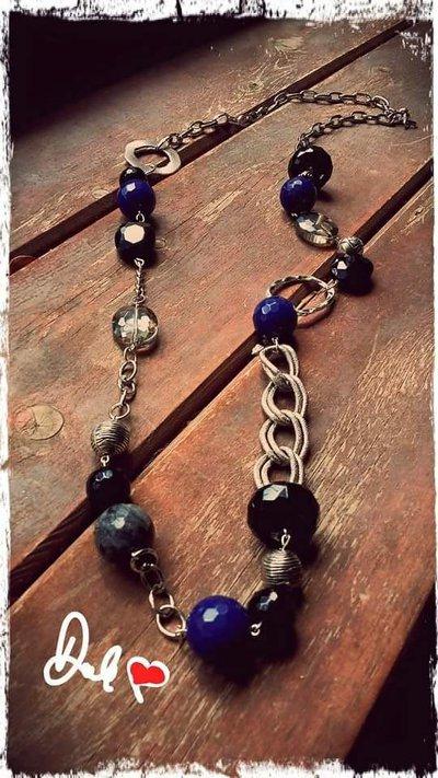 Collana lunga con pietre d'agata color blu onice nera e cristallo trasparente e nero