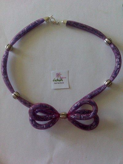 Collana con rete tubolare e conterie in vetro viola, intervallata da elementi di argentone