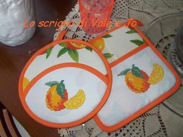 coppia presine primaverili ricamate a mano punto croce con arance arancione