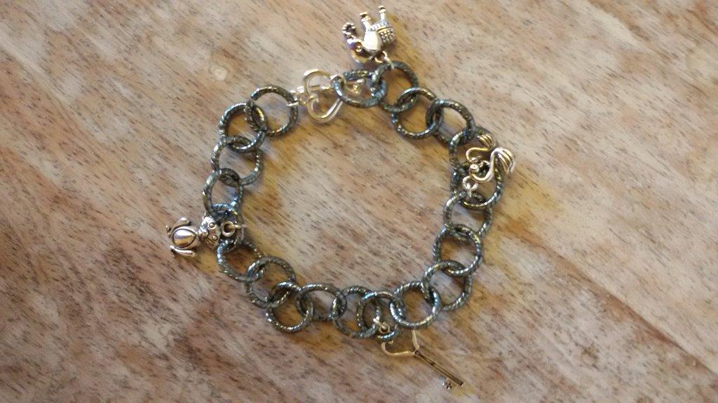 Bracciale catena grigio con charms misti e chiusura a cuore