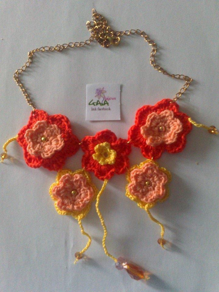 Collana ad uncinetto a fiori arancioni e gialli