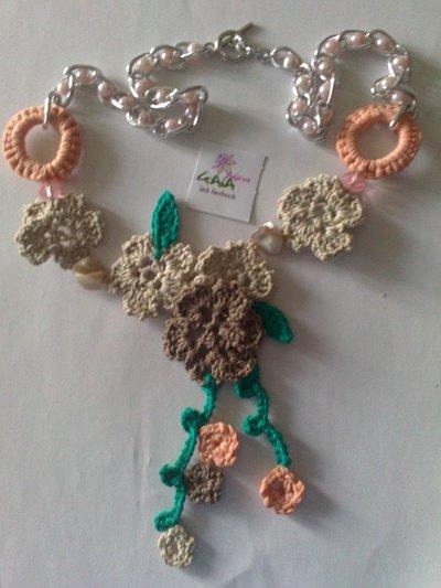 """Collana ad uncinetto """"fiori e foglie"""" con catena in perline"""