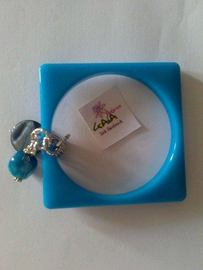 Bracciale quadrato azzurro con ciondoli in agata e madreperla