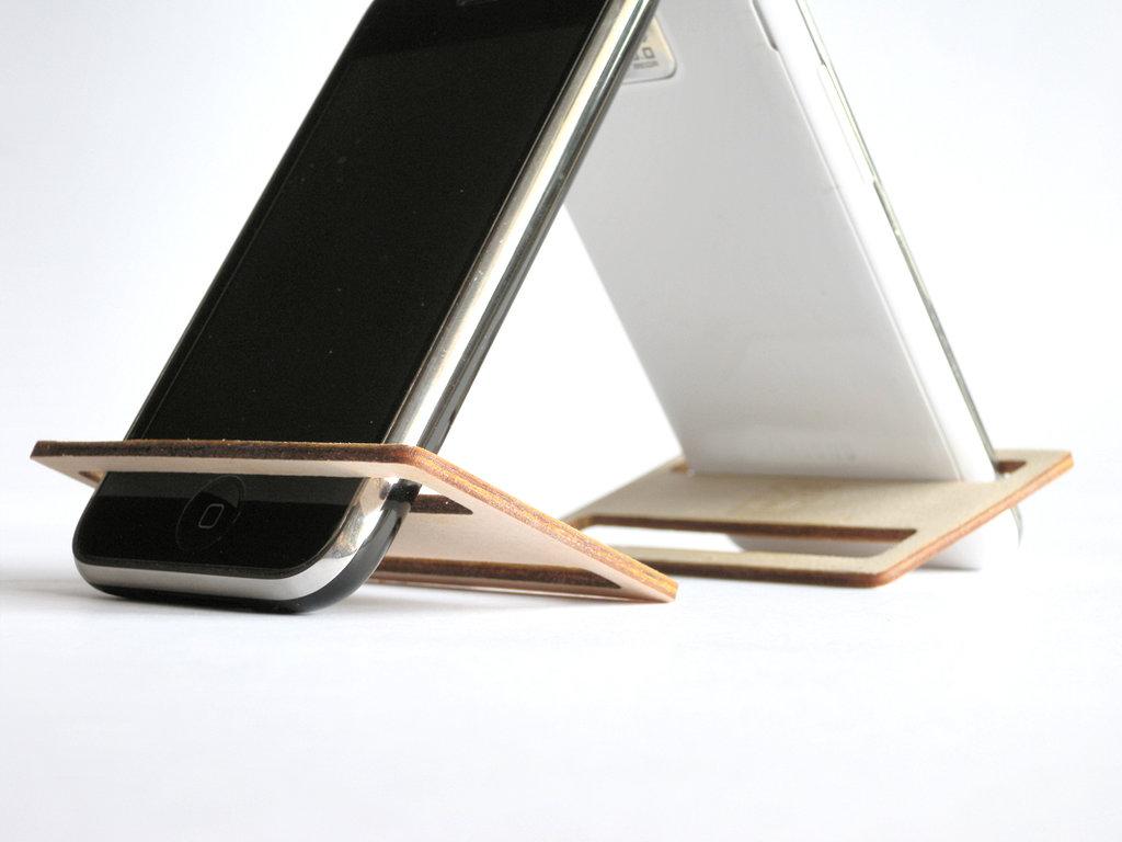 Devcard, un display stand di legno per smartphone ipod grande come una carta di credito