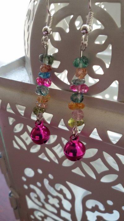 Orecchini con campanellina fucsia e chips di vetro multicolor