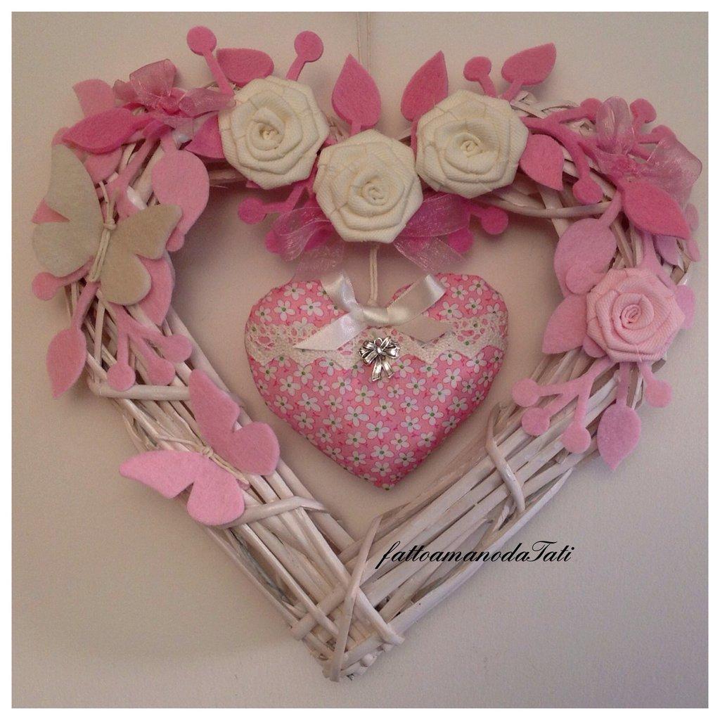 Cuore/fiocco nascita in vimini con rose bianche e cuore imbottito rosa fucsia