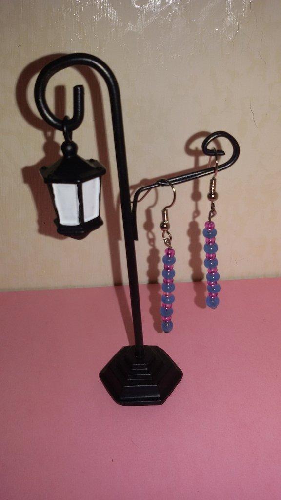 Orecchini pendenti con perline azzurre e rosa