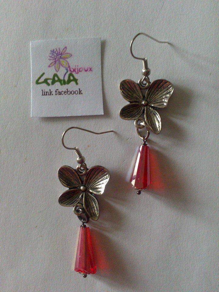 Orecchini con fiore in metallo e goccia in vetro rossa