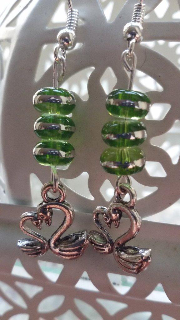 Orecchini pendenti con charm cigni innamorati e perline in vetro verde