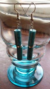 Orecchini pendenti con componenti tubolari azzurri