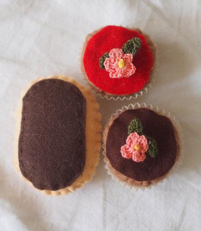 SET da 3 pezzi. 2 BEIGNETS FIORITI (decorati con miniature di fiori all'uncinetto) e mini ECLAIR con glassa al cioccolato