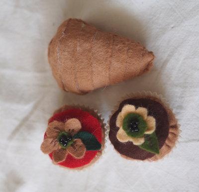 SET:3 pezzi:BEIGNETS FIORITI(con decorazioni feltro/perline)-SFOGLIATELLA napoletana