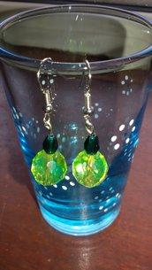 Orecchini pendenti con mezzocristallo verde e perlina giallo acido
