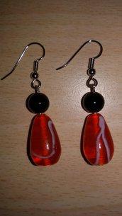 Orecchini con ciondolo lampwork rosso con venatura bianca e perlina nera