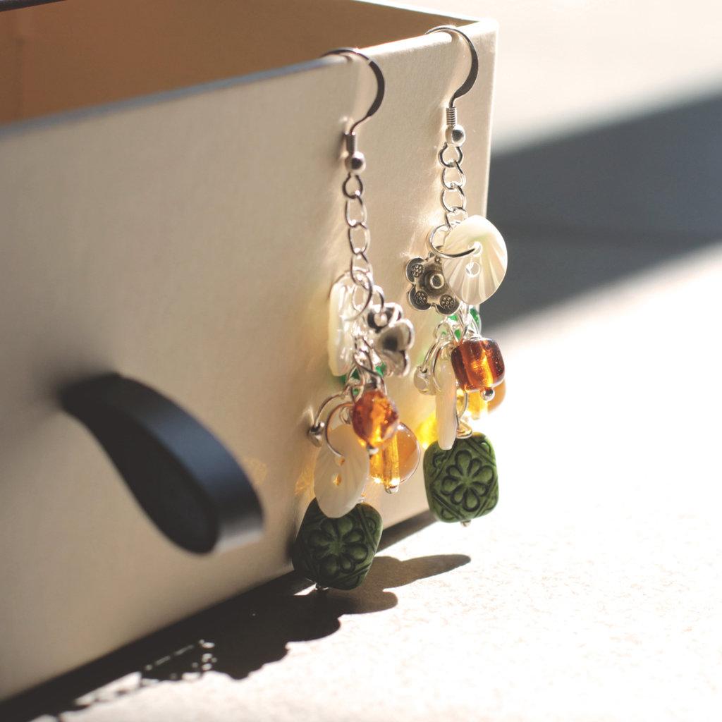 O3.15 - orecchini pendenti con charms colorati e bottoni in madreperla