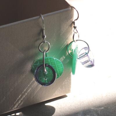 O5.15 - orecchini verdi pendenti con bottoni vintage - Linea Flower Power