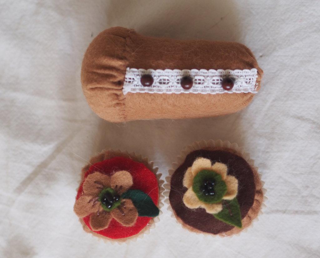SET da 3 pezzi:2 BEIGNETS fioriti (Con decorazioni di feltro e perline) +BABA' farcito(con passamaneria e perle in legno)