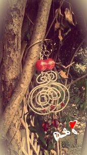 orecchini aspirale con filo d'alluminio e pietre rosse