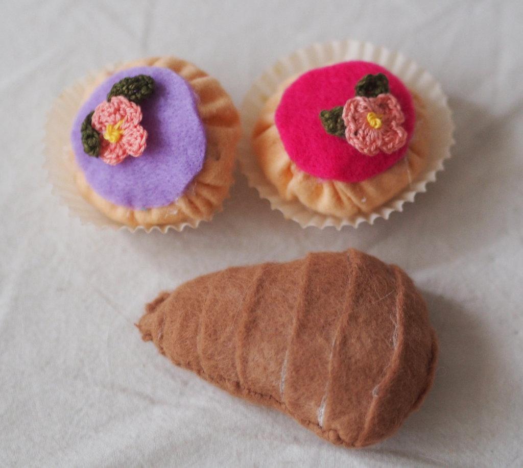 SET 3pezzi :2 BEIGNETS pastello decorati con fiori all'uncinetto e SFOGLIATELLA