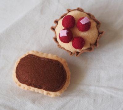 2 pasticcini da the:mini eclair e barchetta di frolla con frutti rossi