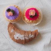 3 pezzi:CROISSANT naturale e 2 BEIGNETS pastello con fiori all'uncinetto