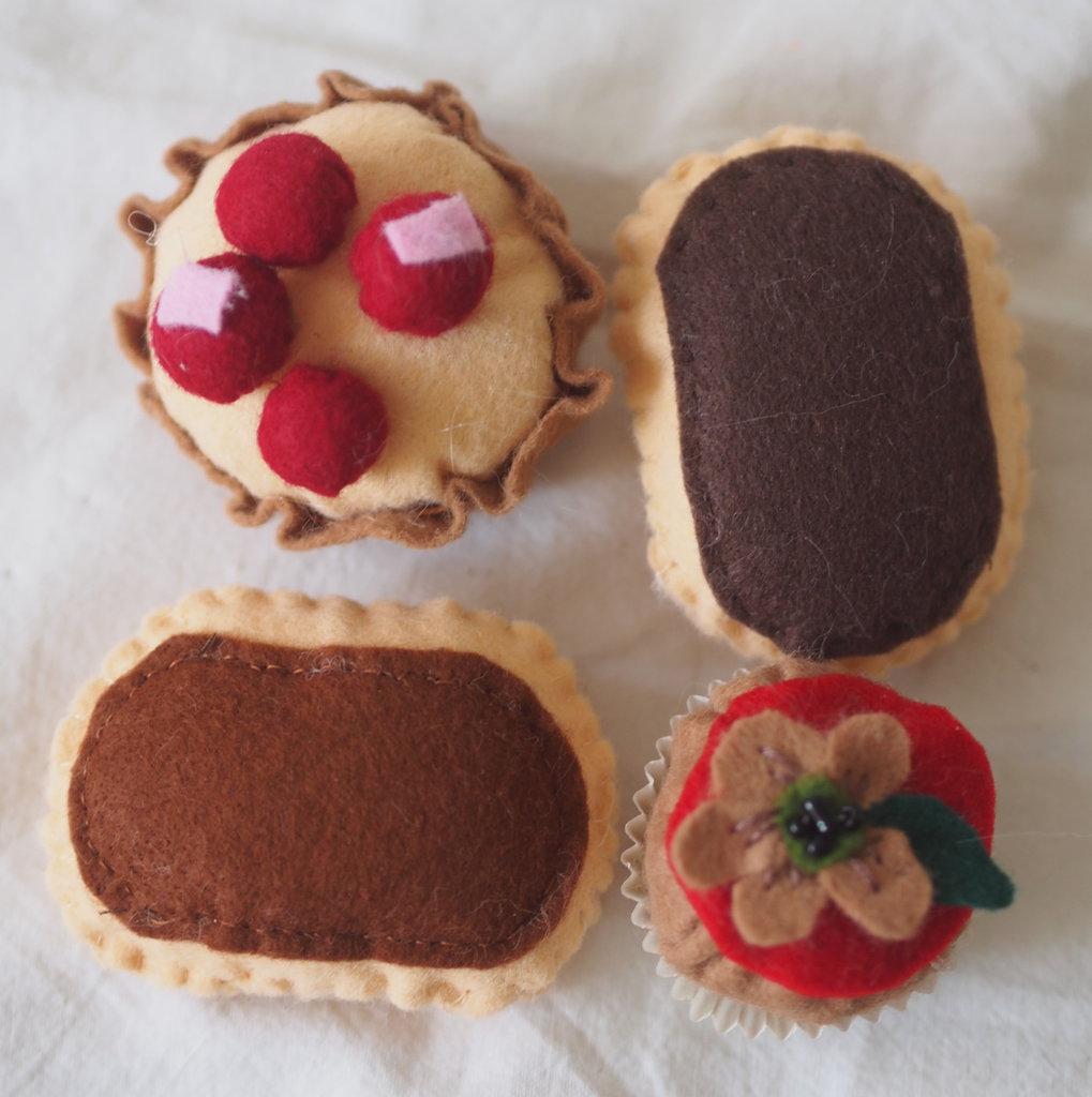 SET da  4 MIGNONS: 2 mini ECLAIRS +Barchetta di frolla e Frutti Rossi +Beignet con decorazione di fiore e perline