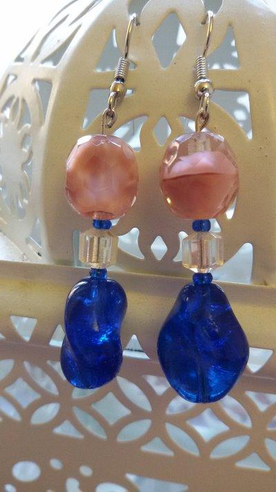 Orecchini pendenti con pietra screziata rosa e pietra blu a goccia