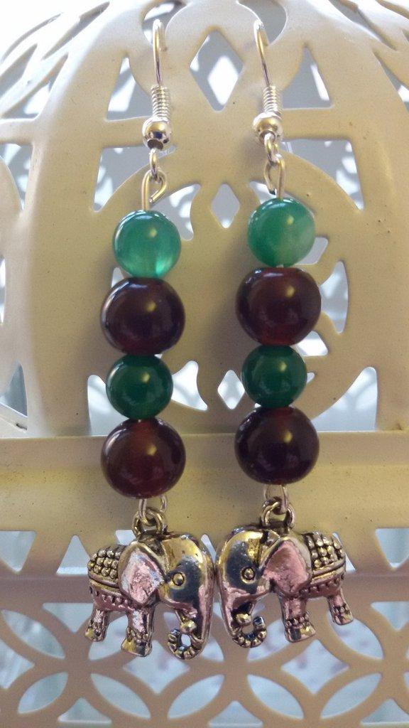 Orecchini pendenti con ciondolo charm elefante con perline di agata verde striata e marroni