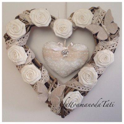 Cuore/fiocco nascita shabby chic in vimini con rose ,farfalle ,pizzo e cuore imbottito