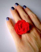 Anello regolabile romantico con rosa rossa fatta a mano all'uncinetto