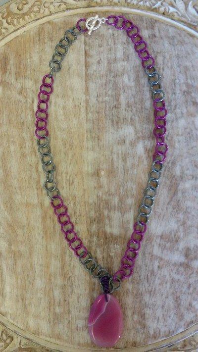 Collana catena bicolore con pendente agata striata fucsia e chiusura ad incastro