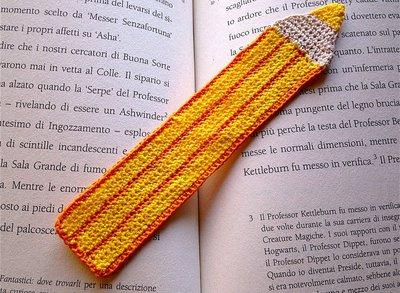 Segnalibro con matita gialla e arancione fatta a mano all'uncinetto per amanti dei libri e per la scuola