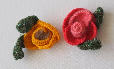 2 pezzi : ROSA E FIORE GIALLO in lana